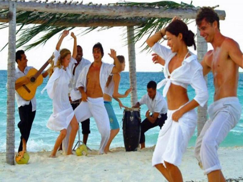 Disfrutando en la Playa de Varedero con el Grupo de Solteros