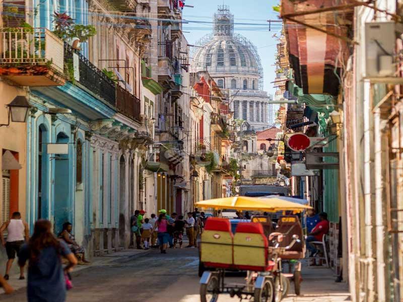 Visitando la Habana Vieja en grupo singles
