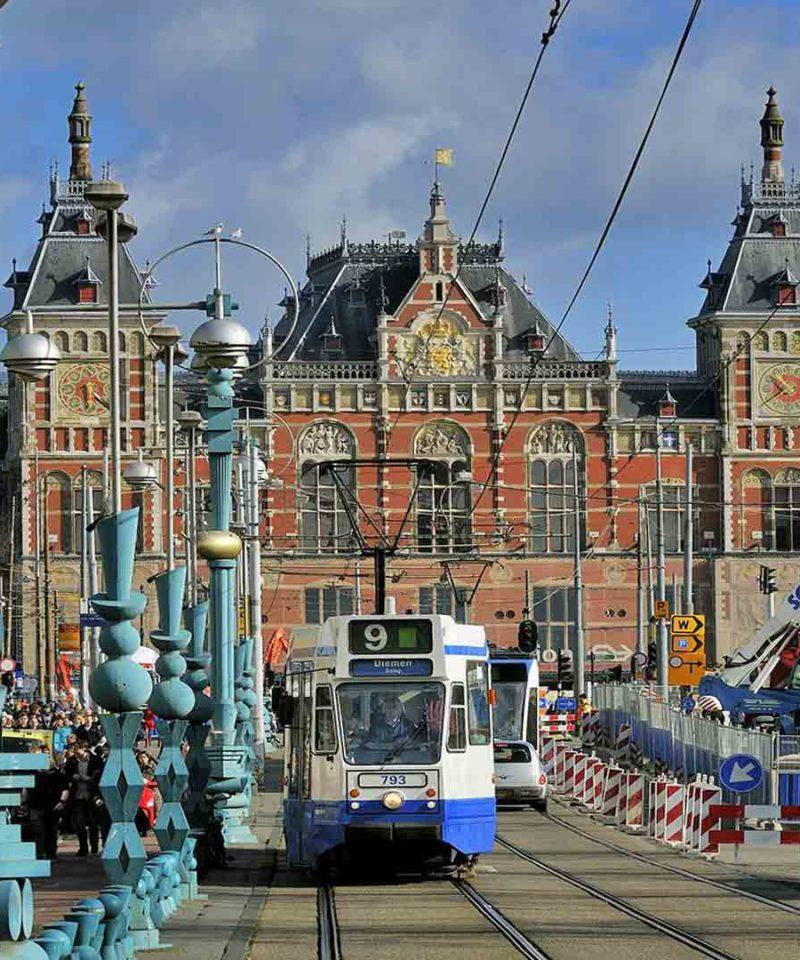 Amsterdam y su estación central viaje de Solteros.